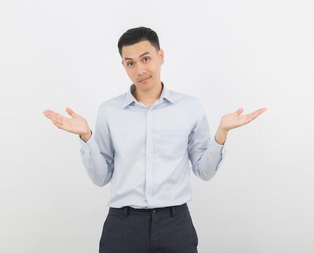 Jonge knappe bedrijfs aziatische mens die twijfelsgebaar maakt dat op wit wordt geïsoleerd