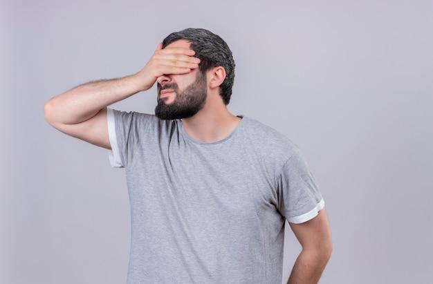 Jonge knappe blanke man sluitende ogen met hand geïsoleerd op een witte achtergrond met kopie ruimte