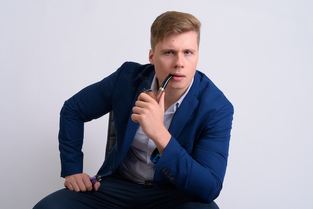 Jonge knappe blonde zakenman in pak