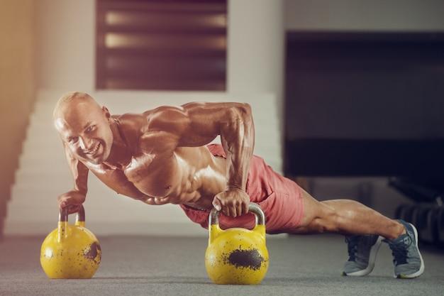 Jonge knappe bodybuilder op de sportschool