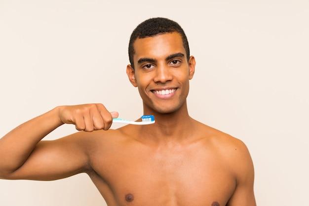 Jonge knappe brunette man zijn tanden poetsen