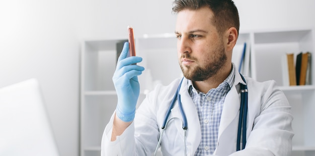 Jonge knappe dokter in het ziekenhuis