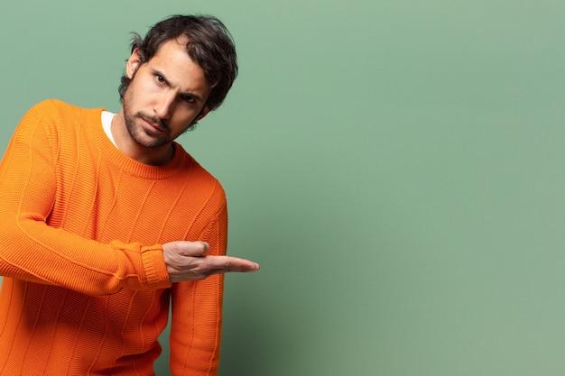Jonge knappe expressieve en boze indiase man met een kopieerruimte