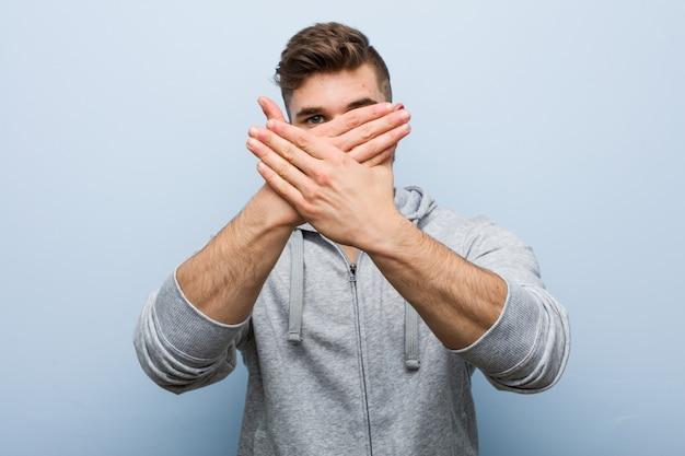 Jonge knappe fitness man doet een ontkenning gebaar