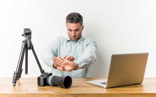 Jonge knappe fotografieleraar die een ontkenningsgebaar doet