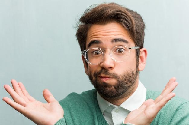 Jonge knappe het gezichtsclose-up die van de ondernemersmens aan en schouders oogst ophalen
