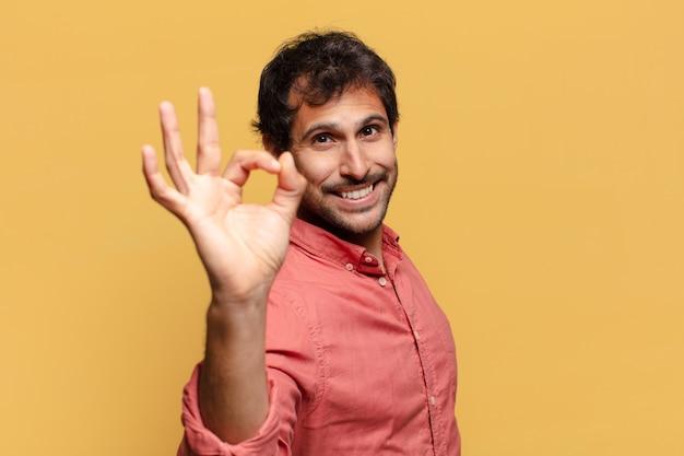 Jonge knappe indiase man. blije en verraste uitdrukking