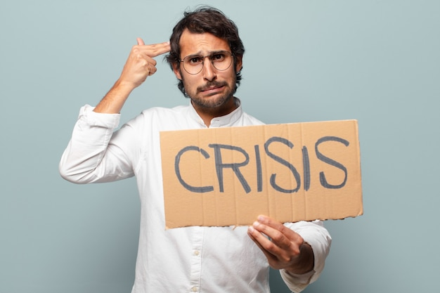 Jonge knappe indiase man crisis concept