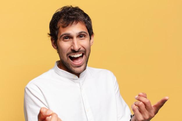 Jonge knappe indiase man gelukkig en trots