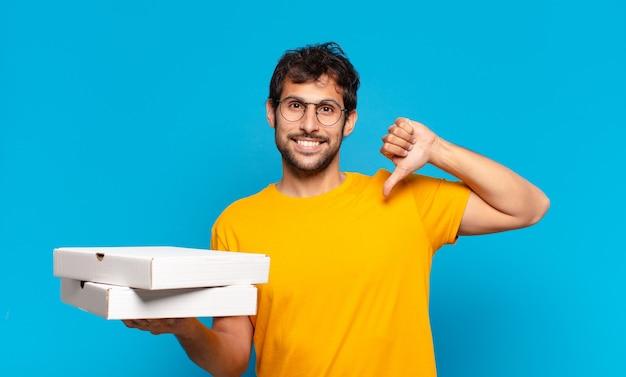Jonge knappe indiase man gelukkige uitdrukking en afhaalpizza's vasthouden? Premium Foto