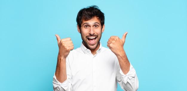 Jonge knappe indiase man gelukkige uitdrukking