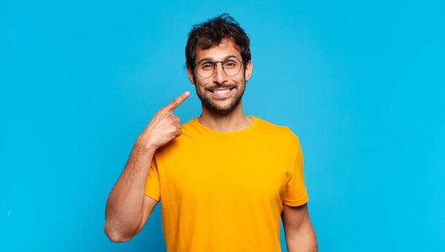 Jonge knappe indiase man gelukkige uitdrukking Premium Foto