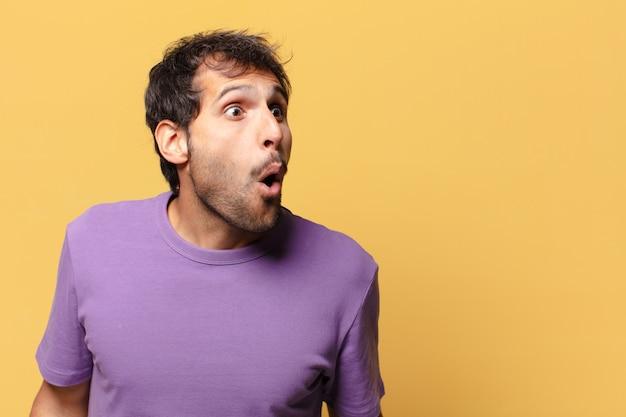 Jonge knappe indiase man. geschokte of verbaasde uitdrukking