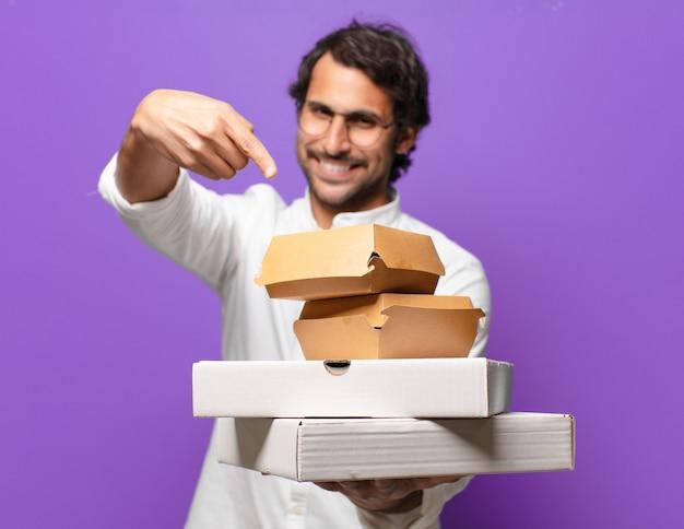 Jonge knappe indiase man haalt fastfoodconcept weg