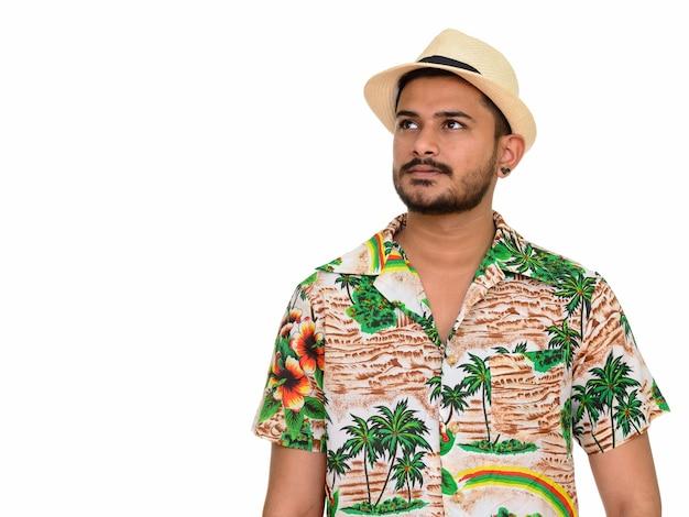 Jonge knappe indiase man klaar voor vakantie denken