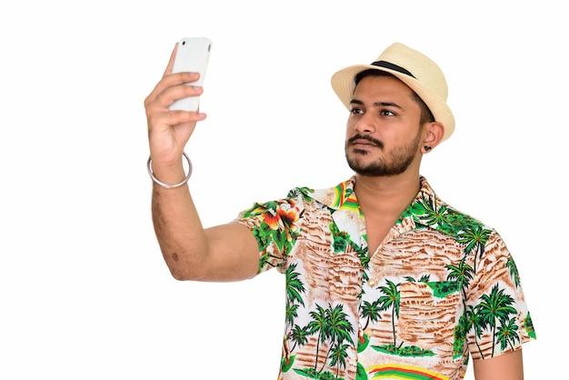 Jonge knappe indiase man klaar voor vakantie selfie te nemen