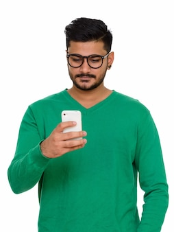 Jonge knappe indiase man met behulp van mobiele telefoon