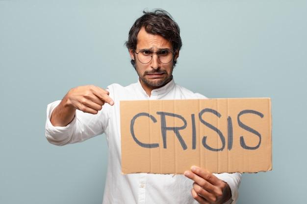 Jonge knappe indiase man met crisisbanner