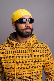 Jonge knappe indiase man met hoodie tijdens het denken