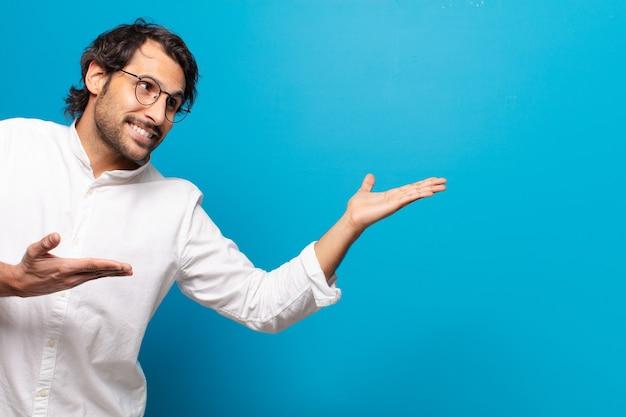 Jonge knappe indiase man verraste of geschokte uitdrukking
