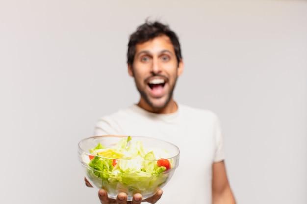 Jonge knappe indiase man verraste uitdrukking Premium Foto