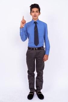 Jonge knappe indiase tiener als zakenman op wit
