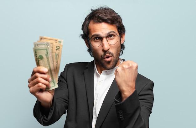 Jonge knappe indiase zakenman met bankbiljetten