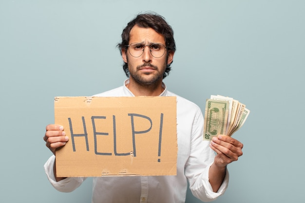 Jonge knappe indiase zakenman met rekeningen en help banner