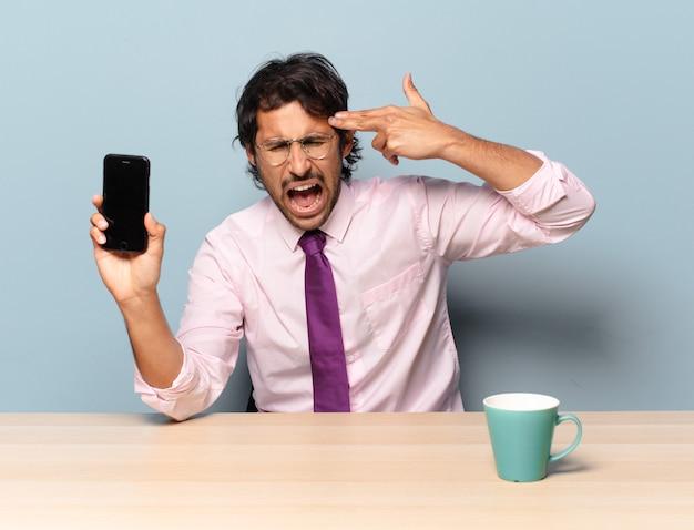 Jonge knappe indier die ongelukkig en gestrest kijkt