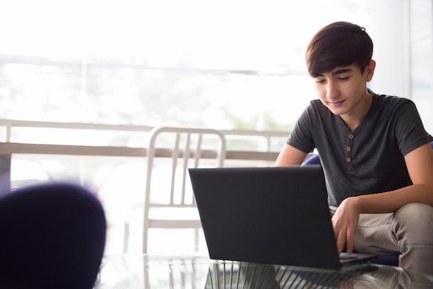 Jonge knappe iraanse tiener thuis ontspannen