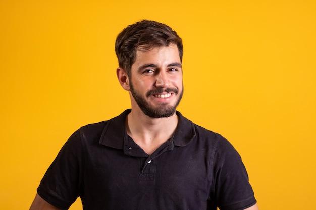 Jonge knappe jongen glimlachend camera kijken op gele achtergrond. blanke man die lacht