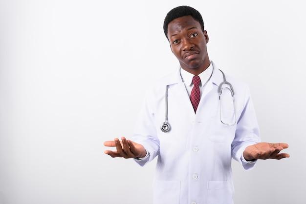 Jonge knappe man arts tegen wit