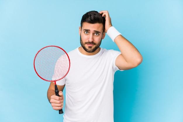 Jonge knappe man badminton geïsoleerd geïsoleerd geschokt, heeft ze belangrijke vergadering herinnerd.