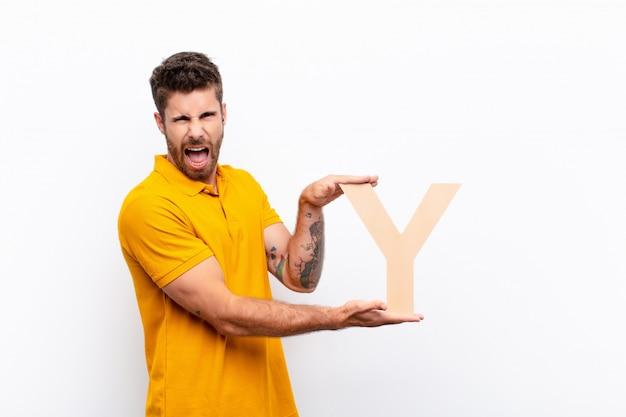 Jonge knappe man boos, woede, onenigheid, met de letter y van het alfabet om een woord of een zin te vormen.