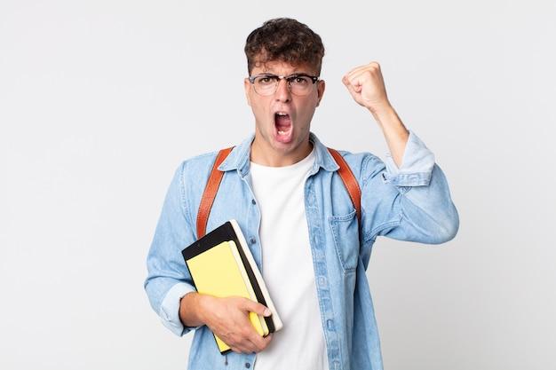 Jonge knappe man die agressief schreeuwt met een boze uitdrukking. universitair studentenconcept