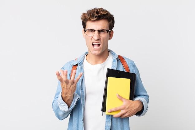 Jonge knappe man die boos, geïrriteerd en gefrustreerd kijkt. universitair studentenconcept