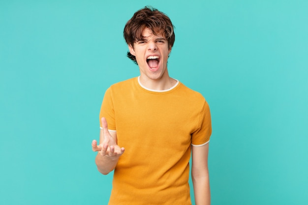 Jonge knappe man die boos, geïrriteerd en gefrustreerd kijkt