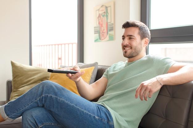 Jonge knappe man die een televisiezender kiest