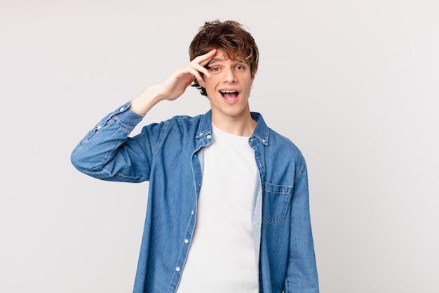 Jonge knappe man die er blij, verbaasd en verrast uitziet