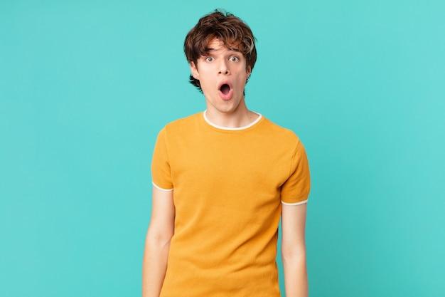 Jonge knappe man die erg geschokt of verrast kijkt?