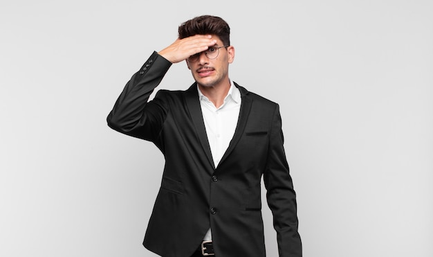 Jonge knappe man die in paniek raakt over een vergeten deadline, zich gestrest voelt, een puinhoop of een fout moet verdoezelen