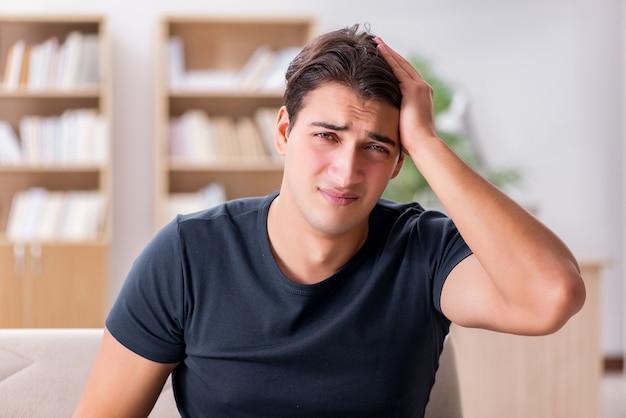 Jonge knappe man die lijden aan pijn