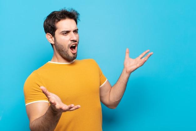 Jonge knappe man die opera uitvoert of zingt tijdens een concert of show, met een romantisch, artistiek en gepassioneerd gevoel
