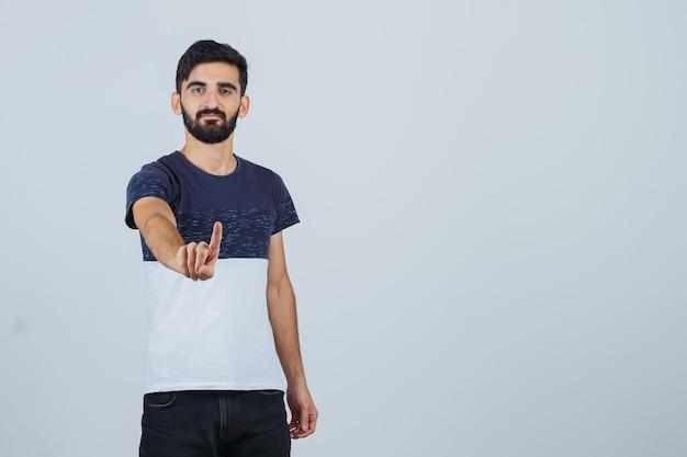 Jonge knappe man die stopgebaar toont