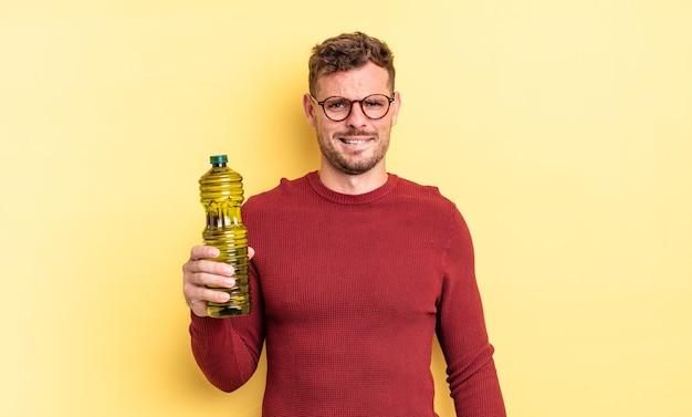 Jonge knappe man die verbaasd en verward kijkt. olijfolie concept