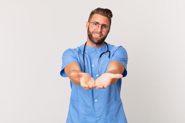 Jonge knappe man die vrolijk lacht met vriendelijk en een concept aanbiedt en toont. verpleegster concept