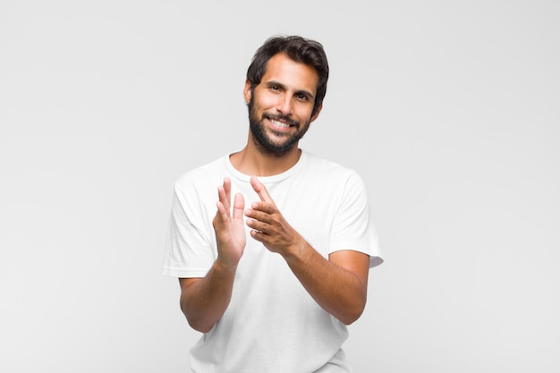 Jonge knappe man die zich gelukkig en succesvol voelt