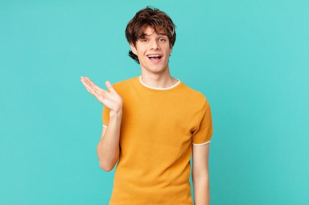 Jonge knappe man die zich gelukkig, verrast voelt en een oplossing of idee realiseert