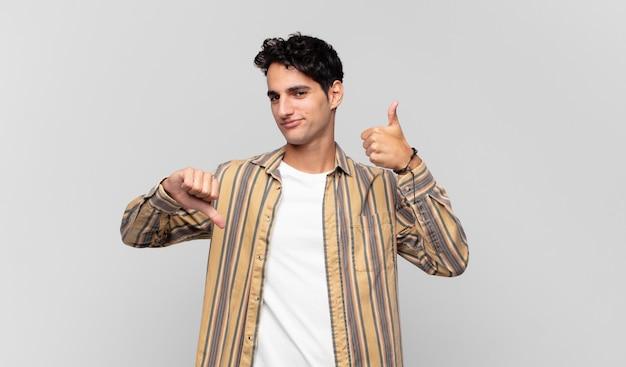 Jonge knappe man die zich verward, geen idee en onzeker voelt, het goede en slechte afwegen in verschillende opties of keuzes