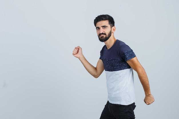 Jonge knappe man die zich voorbereidt om te rennen
